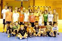 SOUSTŘEDĚNÍ FLORBALISTŮ. Společný snímek ze soustředění florbalistů GO – GO Horšovský Týn ve Sportovní hale TJ Jiskra Domažlice.