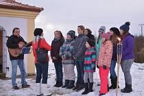 NOVOROČNÍ SETKÁNÍ se letos uskutečnilo také u obnovené kaple sv. Prokopa za Poběžovicemi. Náladu zpříjemnili žáci základní školy nechyběl novoroční přípitek.