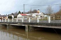 Potok v Meclově byl v poledne těsně pod I. povodňovým stupněm.