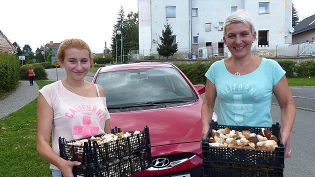 HOUBY VOZÍ AŽ Z KARLOVARSKÉHO KRAJE. Mirka Vajrychová z dcerou Denisou vozí do bělské výkupny houby ze vzdálenosti přesahující 100 km.