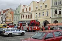 Záchranáři, hasiči, strážníci i policisté zasahovali v centru Domažlic.