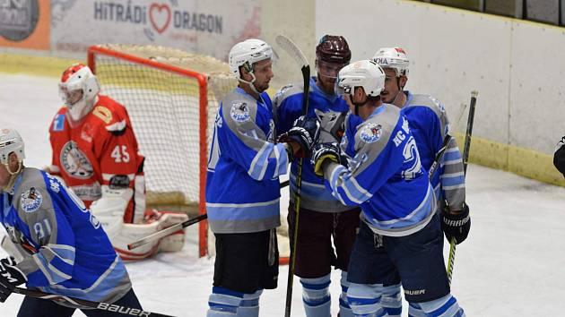 Matěj Polata (třetí zprava) i vlevo odjíždějící Jakub Faschingbauer se na vysoké výhře Domažlic v Třemošné o pět gólů podíleli ziskem šesti kanadských bodů.