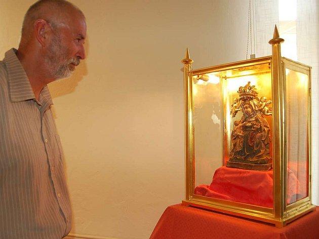 Vzácnou sošku, ktrá je podle legendy přímo spojený s založením 500 let starého kostela Sv.Anny,  si s chutí prohlédl i Luděk Thomayer z kulturní komise