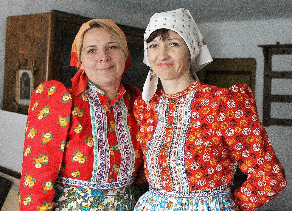 Stavení se nachází na návsi a teď v něm pracují řemeslníci a restaurátoři. O dům se stará obec a místní dobrovolníci. Na snímku jsou Jana Kucalová a Ludmila Kašová.
