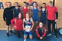 Holýšovští zápasníci z pražského šampionátu v čele se stříbrnou Konopíkovou.