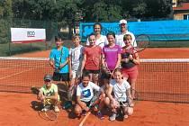 V popředí skupinka mladých tenisových nadějí s vedoucím tábora Petrem Bufkou a trenérkou Barborou Niklovou.
