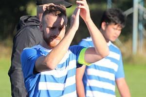 Fotbalisté Sokola Mrákov (vlevo kapitán Jan Dufek, vpravo autor úvodního gólu Nguyen Dang Quang) se mohli po utkání proti Chodskému Újezdu radovat, když soupeře porazili 2:1.