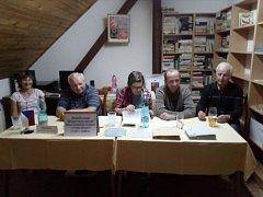 Volební komise v Nevolicích na Domažlicku. Vlevo předsedkyně Blanka Podestátová.