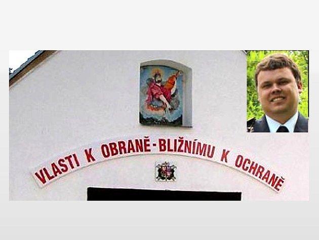 FOTOGRAFII ZBROJNICE S OBRÁZKEM PATRONA HASIČŮ A HESLEM, jenž odjakživa provázelo dobrovolné hasiče, dal Martin Kopecký (na malém snímku) jako úvodní fotografii na web Hasičárny.cz.