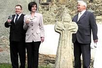. Smírčí kříž byl instalován na bezpečnější místo u  zámku, kde byl o víkendu slavnostně odhalen a pokřtěn