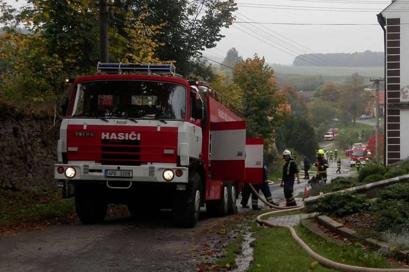 Ze cvičení sborů okrsku dobrovolných hasičů č. 1 v Mělnici. Sedm jednotek SDH z okrsku Bělá dopravovalo vodu od návsi v Mělnici vzhůru ke kostelu a lesu.
