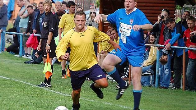 Herec Ivan Trojan vedl v Krchlebech tým osobností, které se utkaly s místními borci. Po zápase zahrála skupina Nightwork.