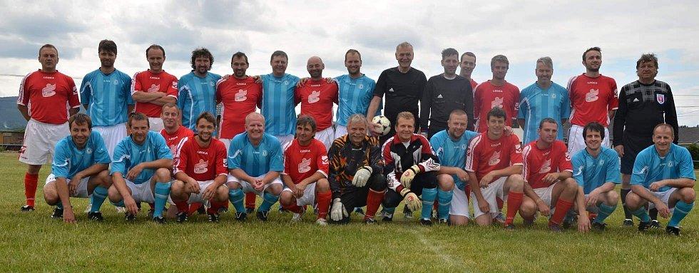 Šestadvacet fotbalistů starých gard SK Draženov (v červeném) a Jiskry Domažlice se dvěma sudími bylo aktéry posledního duelu na hřišti ve Ždánově.
