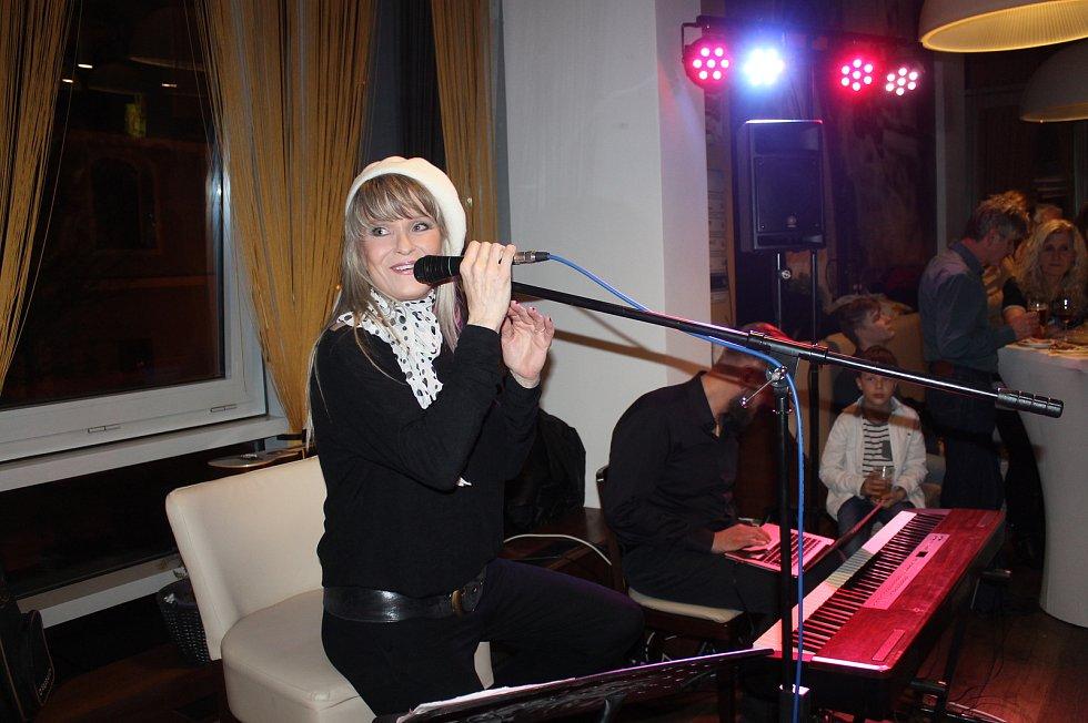 Po zahájení na večírku zazpívala Chantal Poullain.