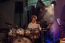 Karel Kuneš při hře na bicí.
