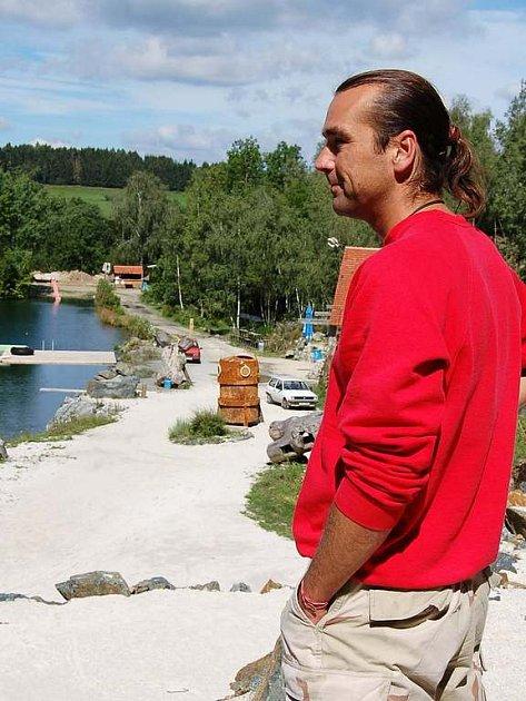 Zdeněk Zrůst v Lomečku, ktrý už od loňska zdobá několik dřevených soch. Brzy přibudou další