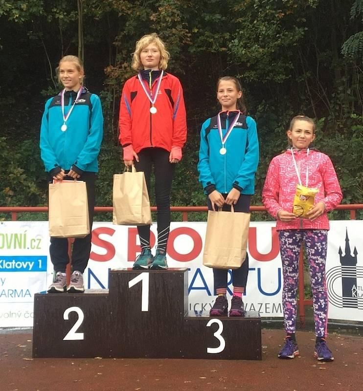 Běh klatovskou Hůrkou 2020 - stupně vítězů mládežnických kategorií. Zdroj: Atletika Klatovy