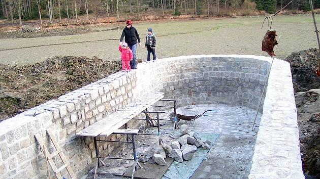 Mohutný bezpečnostní přeliv na Strakově, prvním rybníku z tzv. zelenovské kaskády.