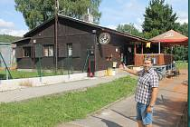 Stávající montovaná dřevostavba půjde k zemi. Místo ní vznikne víceúčelová budova, kde bude zázemí pro sportovce, veřejná sauna a přesune se sem i restaurace. Na snímku je starosta Babylonu Pavel Bambásek.