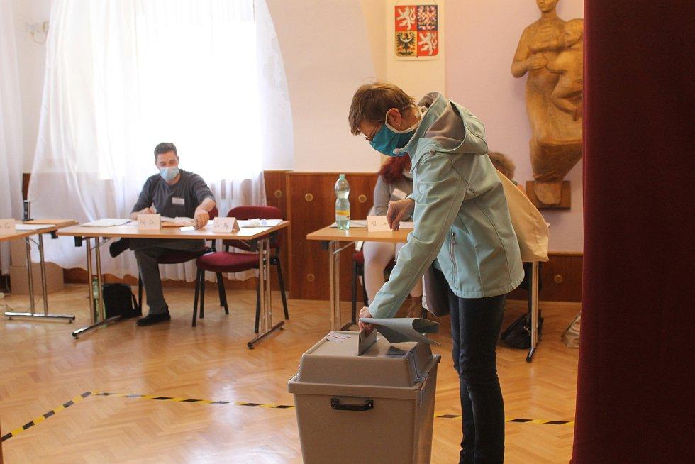 Otevření volebních místností. První voliči ve Kdyni na 1. okrsku.
