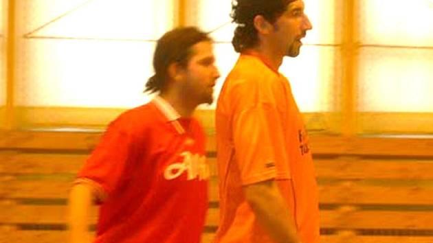 PODÍVEJTE NA NĚJ. Obránce Ajaxu Franta Dolejš si hledí sokolovského kanonýra Bočka, který hrával I. fotbalovou ligu v Blšanech.