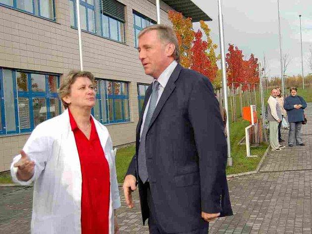 Mirek Topolánek při své loňské návštěvě zdaleka netušil, že reforma zdravotnictví nenadchne personál Domažlické nemocnice. Na snímku s ředitelkou Alenou Výrutovou.