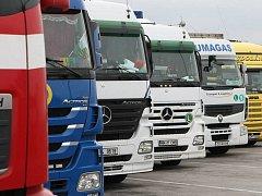 Firmy hledají řidiče kamionů.