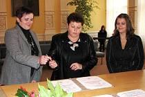 Státoobčanský slib složila v obřadní síni domažlické radnice (zleva) Myroslava Ljubka, její maminka pak podpis připojila za nezletilou sestru Martu.
