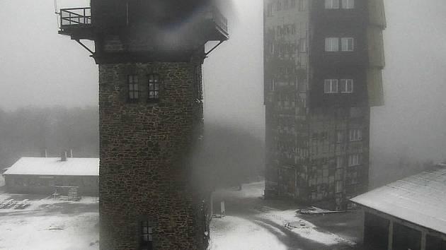 Na nejvyšší hoře Českého lesa právě sněží.