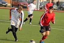 Týnský Martin Wolf (vpravo) stínuje v sobotním duelu soupeře z SKP Rapid Sport.