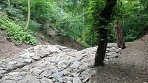 V rokli při cestě od jezdeckého areálu na Vavřineček jsou už protipovodňové hráze.