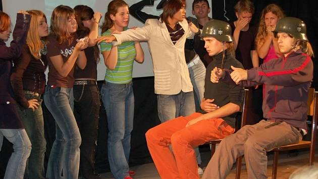 Domažličtí a regensburgští studeni při inscenaci hry Život na hranici