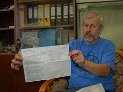 PAVEL HERBRIK ukazuje připravený hlasovací lístek.