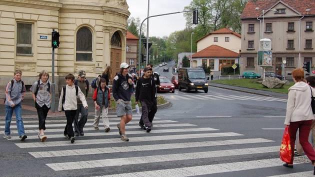 PŘECHOD PRO CHODCE V KOMENSKÉHO ULICI V DOMAŽLICÍCH. Silnicí I. třídy se silným provozem projíždí  řada nákladních vozů TIR směřujících od Klatov k hraničnímu přechodu Folmava.  Nebezpečí od pirátů silnic zde hrozí zejména školákům.