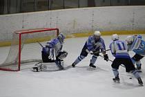 Hokejisté HC Domažlice (v bílém) poskočili v tabulce Krajské ligy před klatovskou rezervu, které byl zkontumován na 0:5 vítězný zápas s Kaznějovem.