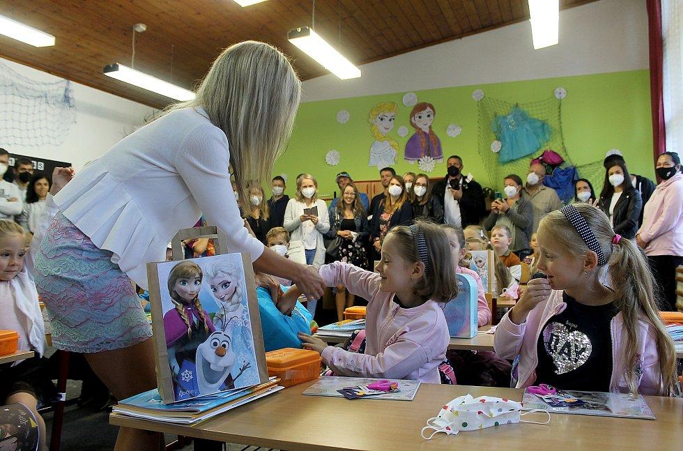 Devatenáct dětí ve středu poprvé usedlo do lavic postřekovské základní školy. Jejich třídní učitelka Kateřina Kuboňová (na snímku) jim třídu vyzdobila podle oblíbeného animovaného filmu Ledové království. Nechyběly ani hlavní pohádkové postavy Elsa, Anna