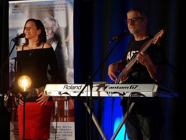 Koncert věnovaný oslavám 50 let na scéně muzikanta Pavla Žalmana Lohonky hostilo domažlické kino Čakan.