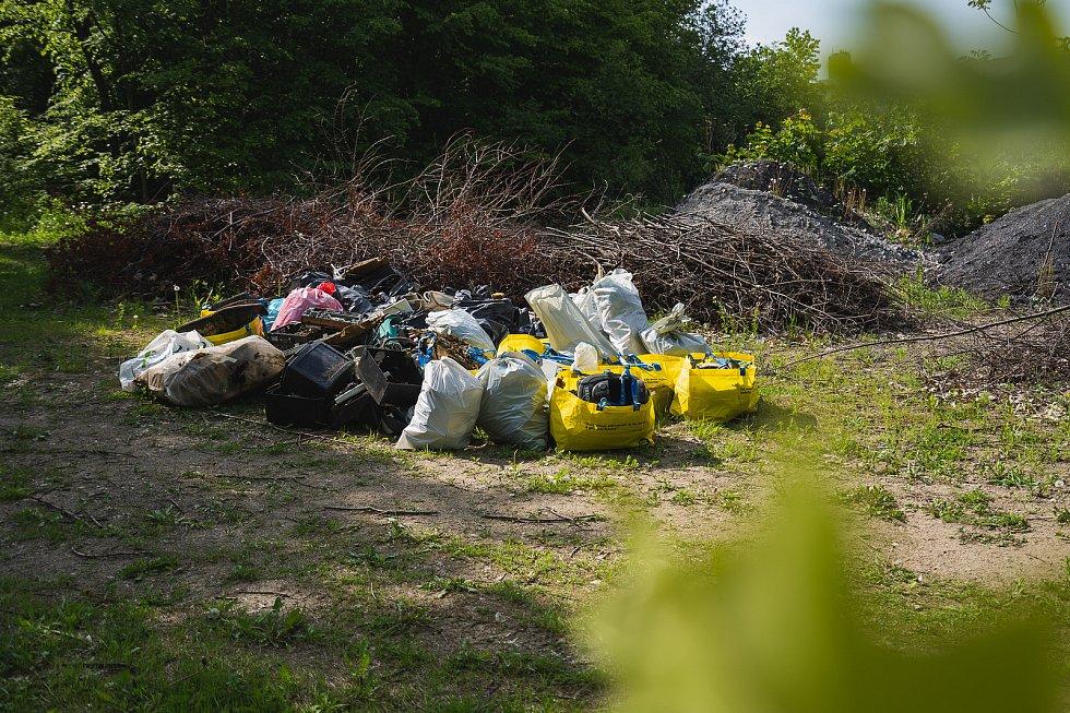 Odpad byl i během pandemie tam, kam nepatří. Lidé ho po nepořádnících uklízeli, i když si museli vzít roušku.