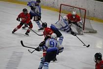 Domažličtí hokejisté (v bílomodrém) to dokáží před brankou ostrovského gólmana pořádně roztočit. Ve dvou zápasech základní části nejvyšší mezikrajské soutěže se do sítě Čertů trefili celkem třicetkrát! Doma vyhráli 22:4 a venku 8:2.