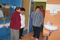 Během letních prázdnin ve školce proběhly značné rekonstrukce a opravy. Byla zcela předělána umývárna včetně nových toalet, na chodbě a v šatně bylo položeno nové lino. Vyzdívaly se nové příčky a zateploval strop.