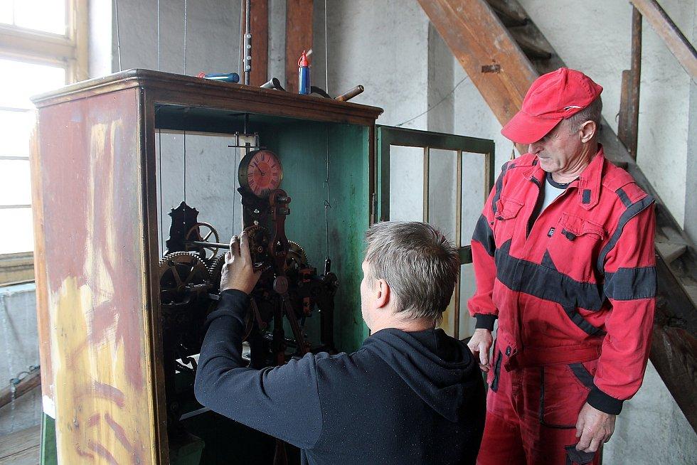 Věžní hodiny pro domažlickou radnici vyrobila v roce 1892 firma Ludvíka Hainze, od té doby se o jejich chod stále stará. Na snímku jsou mechanici Jaroslav Záveský (vpravo) a Petr Vítek.