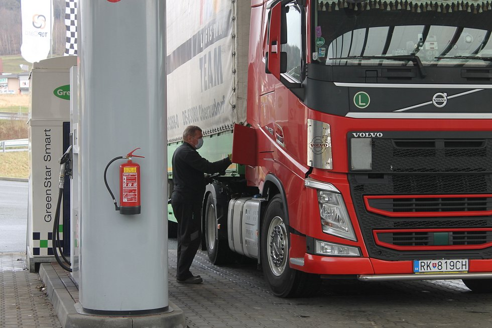 Folmava je mimo špičky, v nichž tudy projíždějí pendleři, téměř prázdná. Jen občas projede kamion.