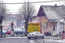 Socha sv. Jana Nepomuckého stojí v Trhanově u rybníku. Hned vedle najdete i proslulou restauraci.