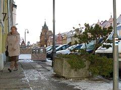 Betonové květníky s dřevinami byly po několika desítkách let odstraněny z domažlického náměstí.
