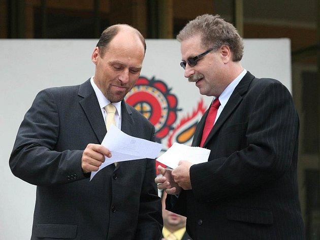 Starosta Kolovče Václav Pergl (vlevo) na pódiu v Luhačovicích při vyhlášení Vesnice roku 2010.