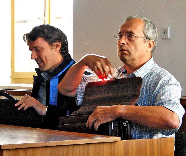 U SOUDU. Před zahájením včerejšího líčení si obžalovaný Jaroslav Novák (vpravo) zřejmě myslel, že nový verdikt v kauze, již vrátil zpět odvolací soud, bude oproti původnímu mírnější než ten původní.