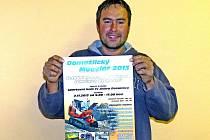 DAVID ŠMATERA s plakátem premiérové výstavy.
