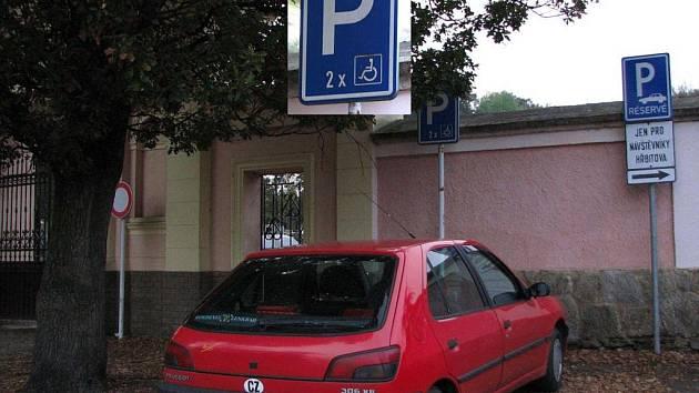 Parkování u domažlického městského hřbitova. Skutečně dvě místa pro vozíčkáře?