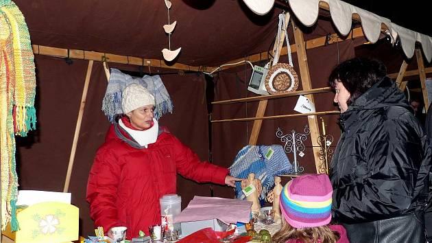 Vánoční trhy na domažlickém náměstí v uplynulých létech. Prodejci své zboží nabízeli v plátěných stáncích.
