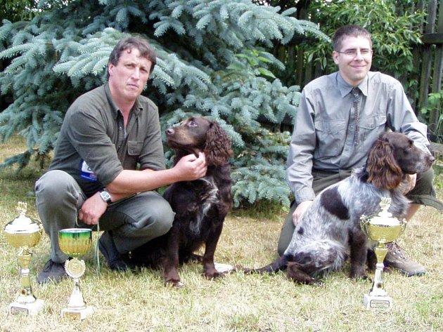 Vítězové pracovních pohárů. Zleva za rok 2006 Max z Čerchovky, vůdce Josef Konopík, a za rok 2007 Jiří Studýnka s Largem z Březenských revírů.